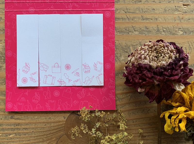 それぞれの付箋に散りばめられたイラストは隣の付箋や台紙のイラストと繋がっている。